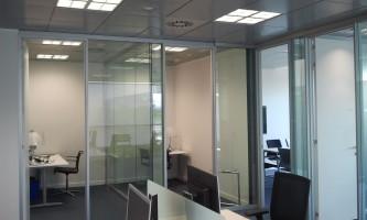 Sectorización de oficinas con mampara de vidrio acústico, bareras fónicas y falso techo de absorción