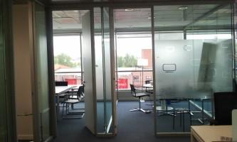 Sectorización de oficinas con manpara acústica, barreras fónicas y falso techo de absorción