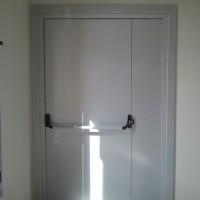 Puerta acústica con tarja y cierre antipanico